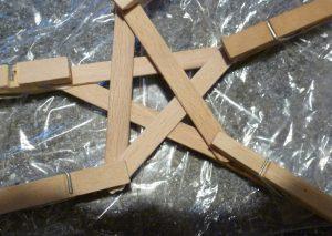Zusammenkleben der Holzstäbchen